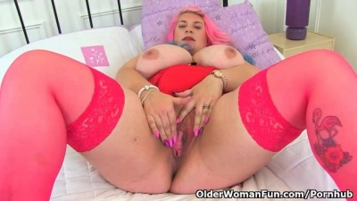 Big Tits MILF Kiki Rainbow from the UK Rubs her Fanny