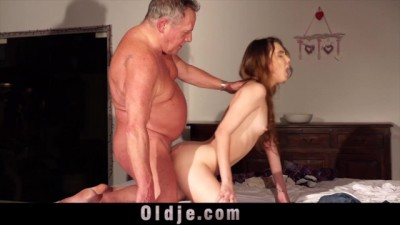 Skinny Girl Seduces Fat old Man and he Fucks her Tıght Pussy