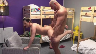 bAbe backbacker babe fucks an absolute unit in threesome